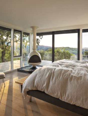Master bedroom in midcentury modern remodel by Framestudio