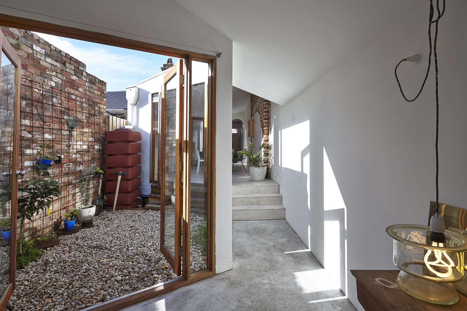 Architect visit the magic of two courtyards in melbourne for Courtyard landscaping melbourne