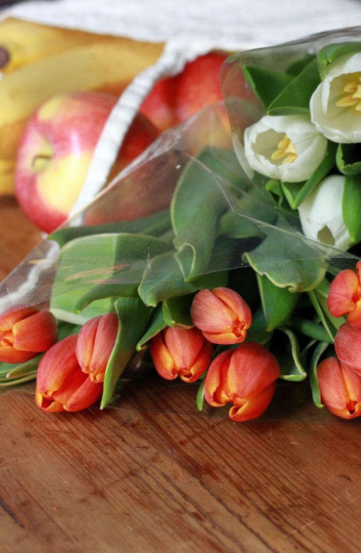 700_tulips-in-market-bag-gardenista