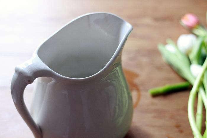 700_white-pitcher-for-tulips-gardenista