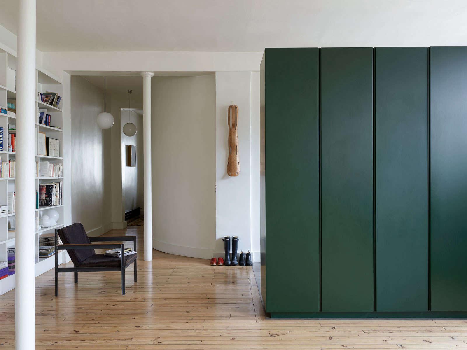 A minimalist parisian loft remodelista - Construire un dressing sur mesure ...