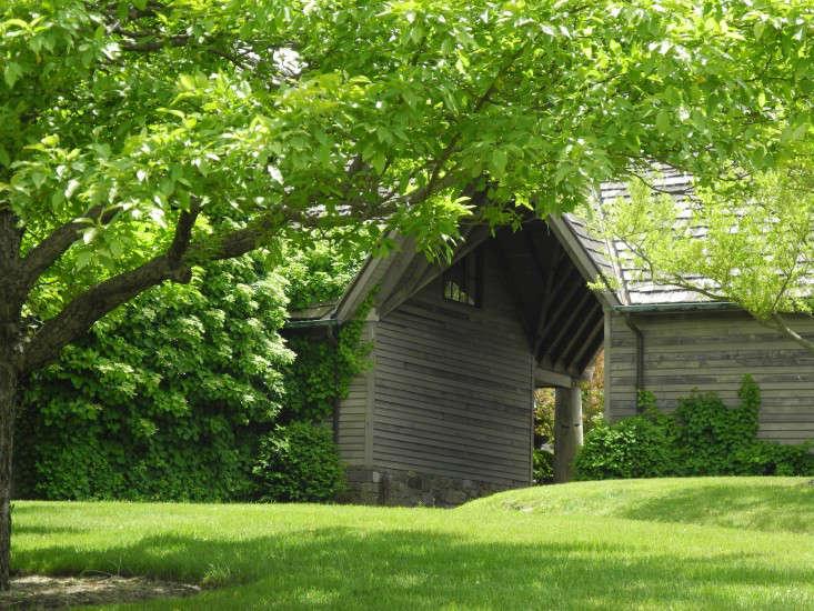 andrea-filippone-deer-lawn-turf-new-jersey-garden-facade-wood-siding-gardenista