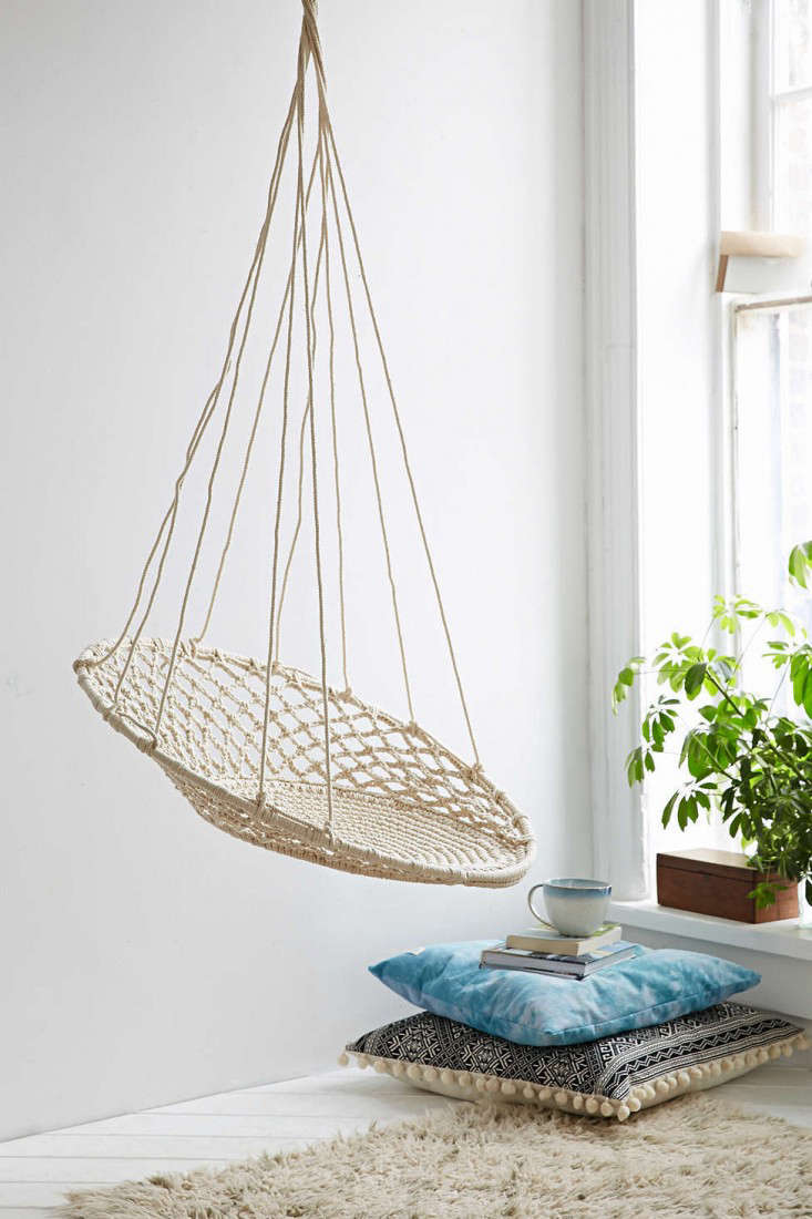 10 easy pieces hanging chairs gardenista for Ez hang chairs instructions