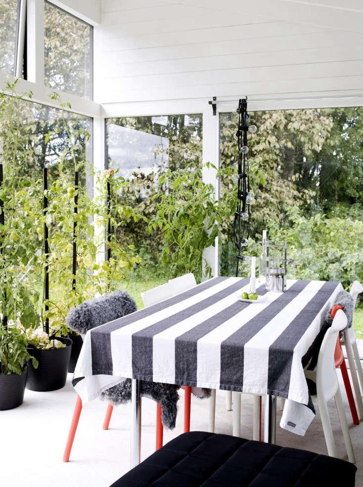 black-white-orangery-outbuilding-gardenista-2