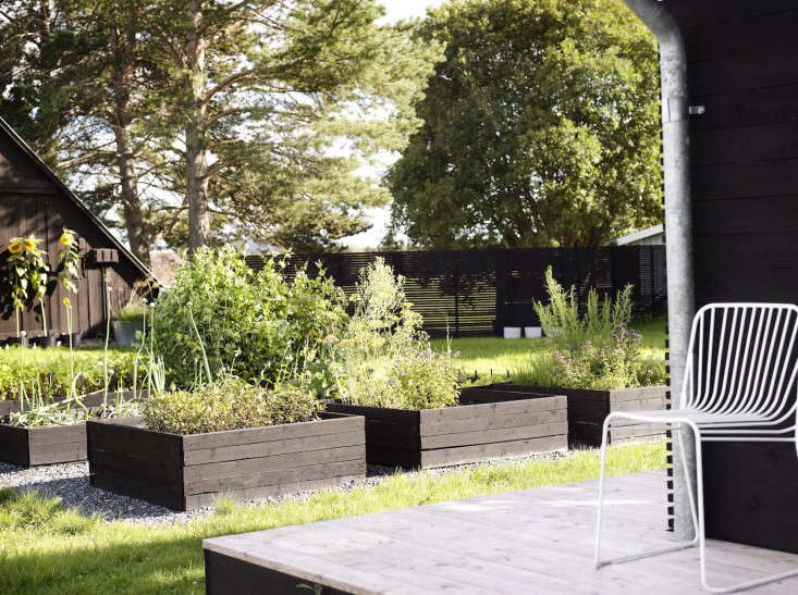 black-white-orangery-outbuilding-gardenista-black-stained-raised-beds