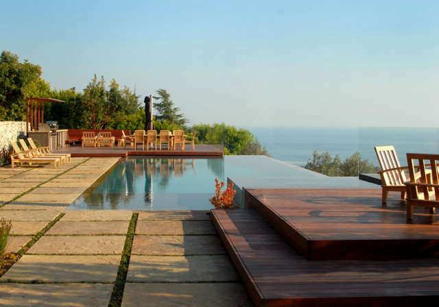 Malibu Infinity Pool: Pool and DecksDivided stone slabs around the infinity pool reduce stormwater runoff and help conserve groundwater. Photo: Russ Cletta