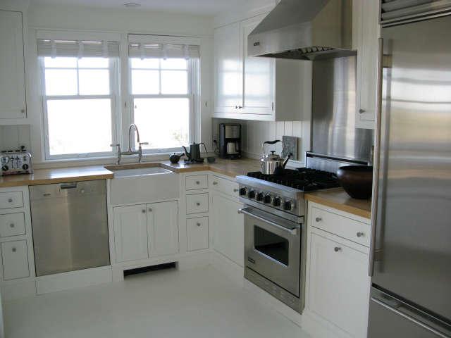 Martha&#8\2\17;s Vineyard Cottage &#8\2\1\1; Kitchen