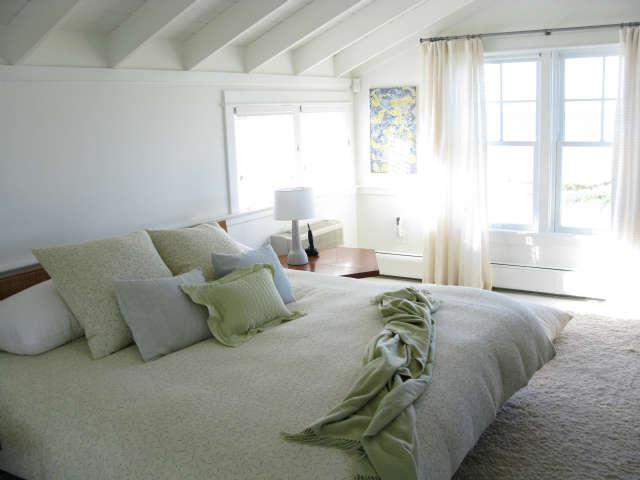 Martha&#8\2\17;s Vineyard Cottage &#8\2\1\1; Master bedroom