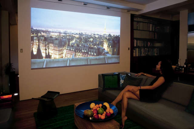 Transformer Loft &#8\2\1\1; screen: The wall typically screens off the bedroom but also functions as a generous projection screen for entertainment. Click here for more information Photo: Bart Michiels
