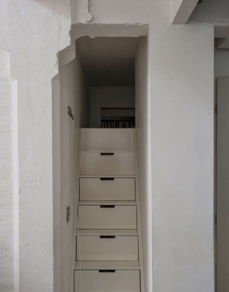 Alastair-Hendy-London-kitchen-stairs-with-storage-via-Remodelista