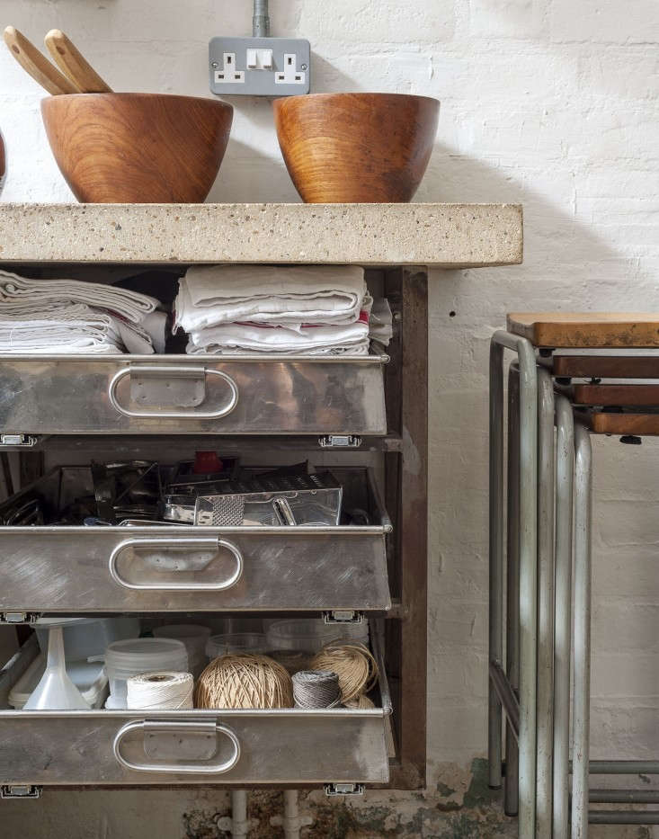 Alastair-Hendy-London-kitchen-storage-drawers-via-Remodelista
