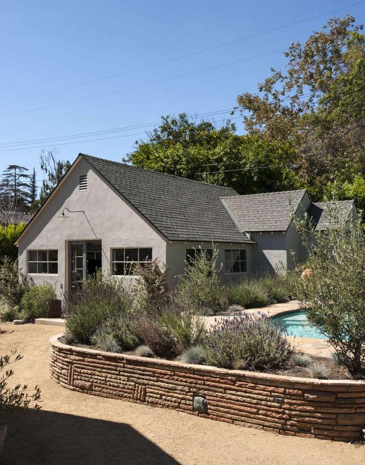Amanda-Pays-LA-bunkhouse-exterior-Remodelista