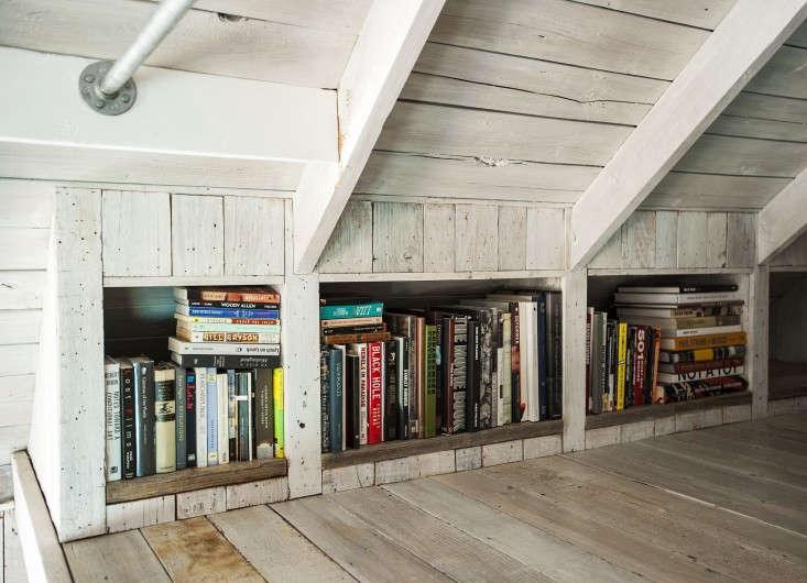 Amanda-Pays-LA-bunkhouse-mezzanine-shelves-Remodelista