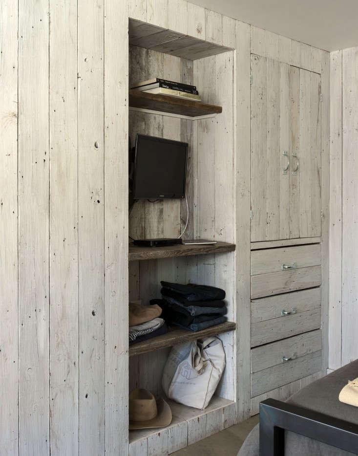 Amanda-Pays-LA-bunkhouse-shelving-Remodelista