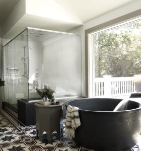 Bobby Flay Round Bathtub | Remodelista