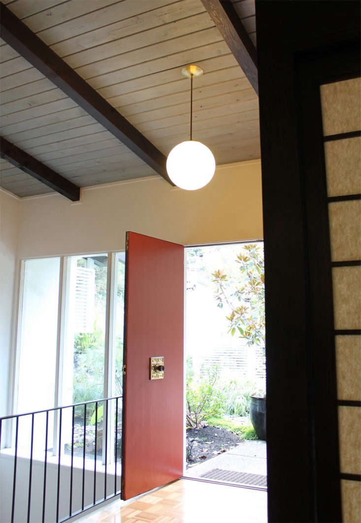 Cedar-and-Moss-lighting-Alto-Pendant-in-entry-Remodelista