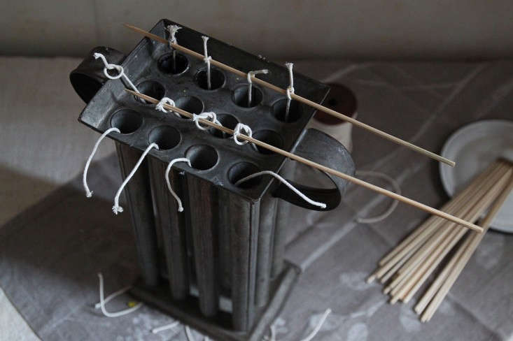 DIY black beeswax candles, tying the wicks, by Justine Hand for Remodelista