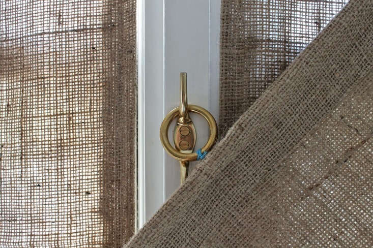 DIY-burlap-window-panels-by-Caitlin-Long-The-Shingled-House-Remodelista-8