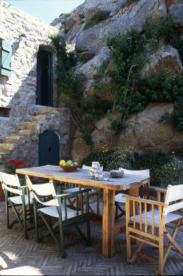Deborah-French-Courtyard-Mykonos-Remodelista