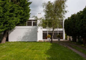 Hedley Greentree midcentury modern house in Hampsire UK, white brick, wood ceilings | Remodelista