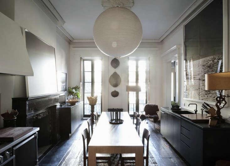 Julianne-Moore-Oliver-Freundlich-formal-eat-in-kitchen-overview-1-Remodelista