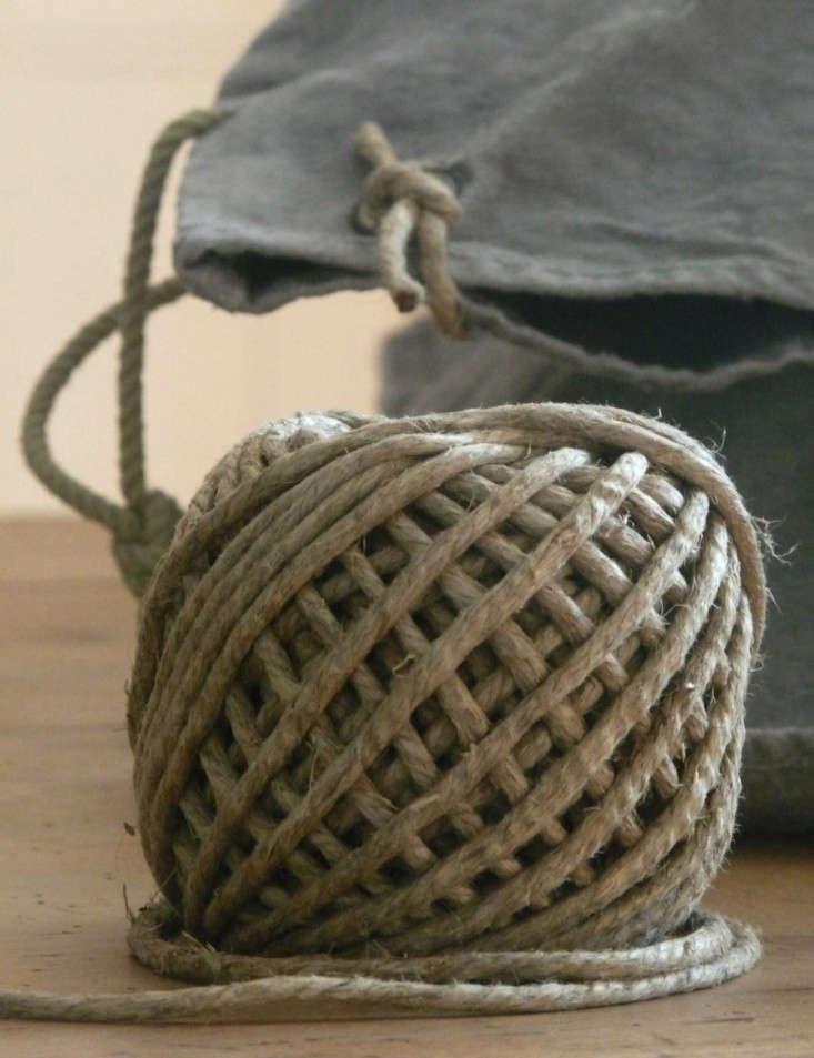 La-Source-D-Angele-Linen-Pillowcase-Remodelista-DIY-04