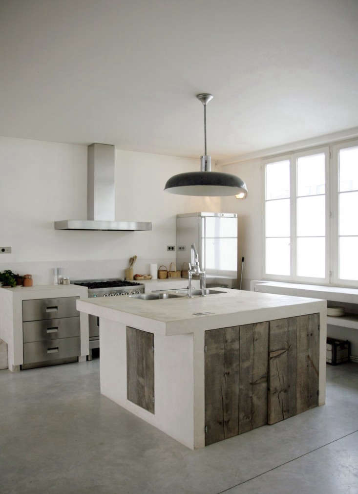 Minimal and rustic French farmhouse decor in this amazing Paris kitchen on Hello Lovely #Frenchfarmhouse #Pariskitchen #rusticmodern