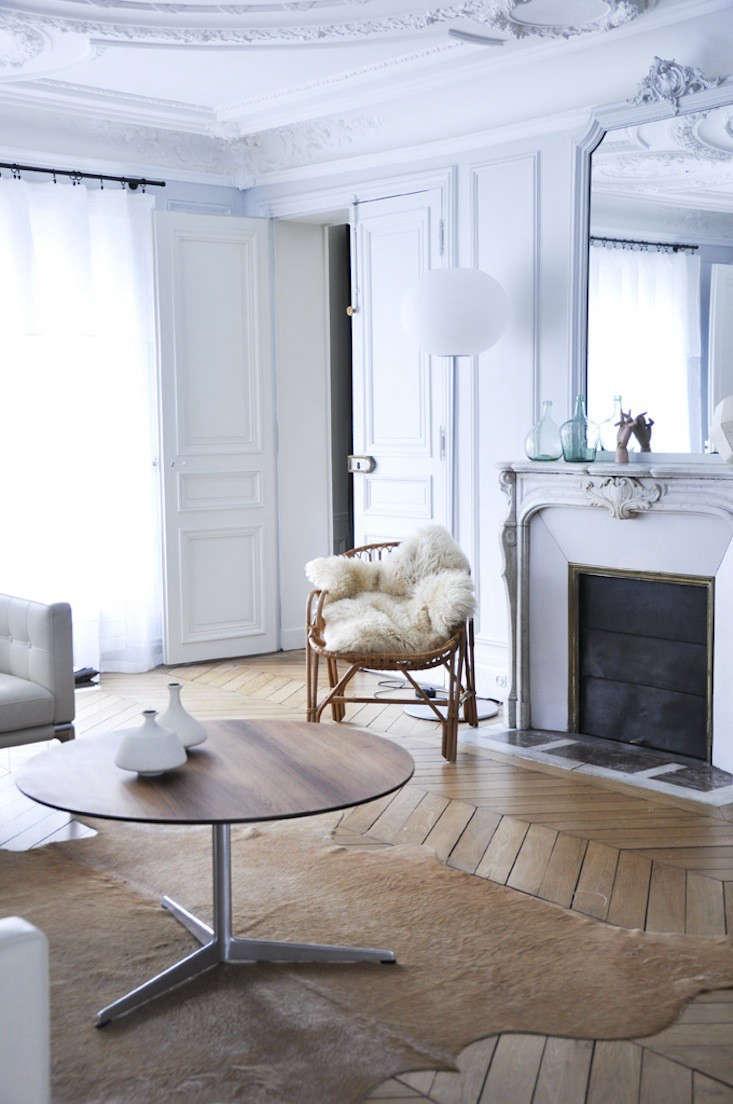A grand but understated flat in paris remodelista for Pareti salone