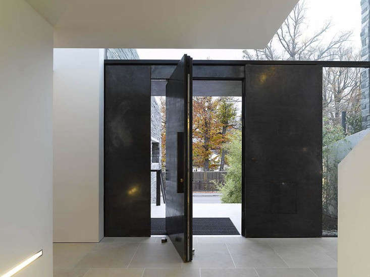 Architect visit pivot door roundup remodelista for Pivot home designs
