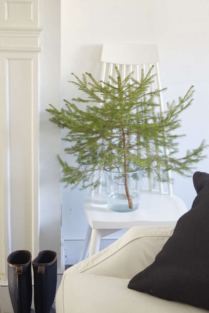 Tricia-Foley-Life-Style-Elegant-Simplicity-at-Home-Remodelista-mini-Christmas-tree
