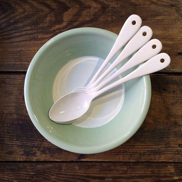 Variopinte-enamelware-bowl-and-spoons-Remodelista