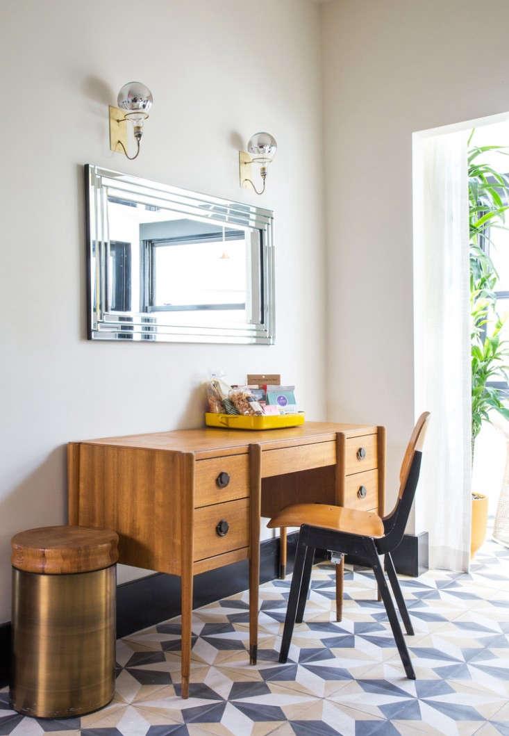 hotel-covell-desk