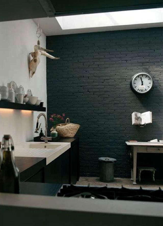 hotze-eisma-black-wall-kitchen-photo-2