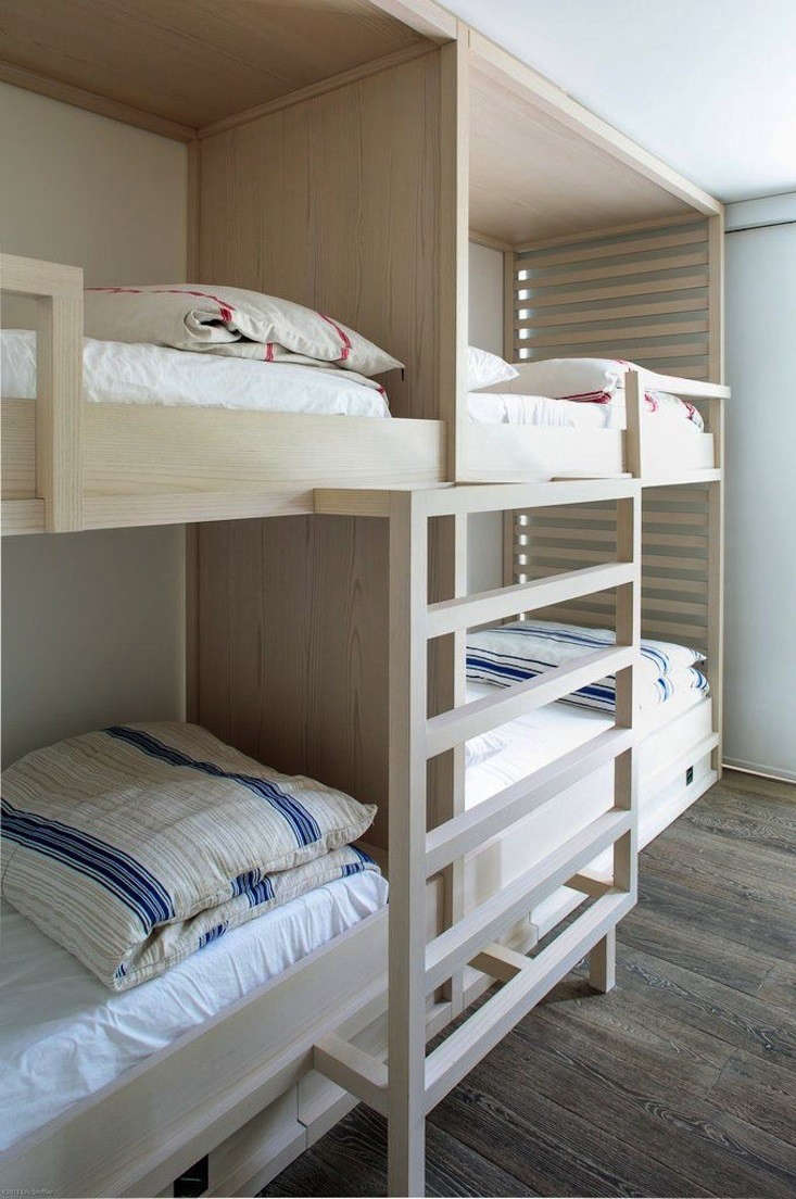 24 built in bunk beds for summer sleepovers remodelista for 4 bunk beds in a room