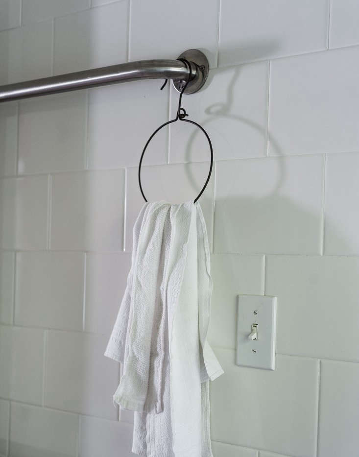 sarah-lonsdale-rental-house-bathroom-design-fog-linen-hanger-towels-Remodelista
