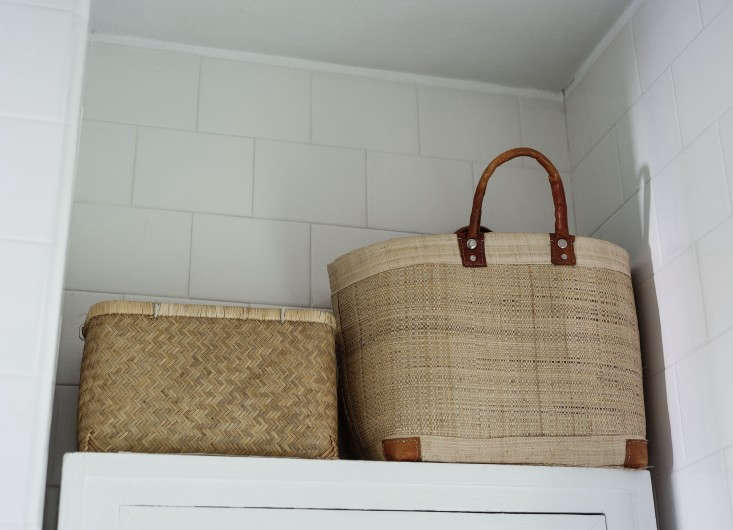 sarah-lonsdale-rental-house-bathroom-design-straw-bag-storage-Remodelista