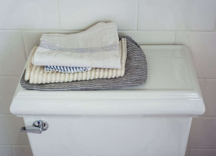 sarah-lonsdale-rental-house-bathroom-design-towels-Remodelista