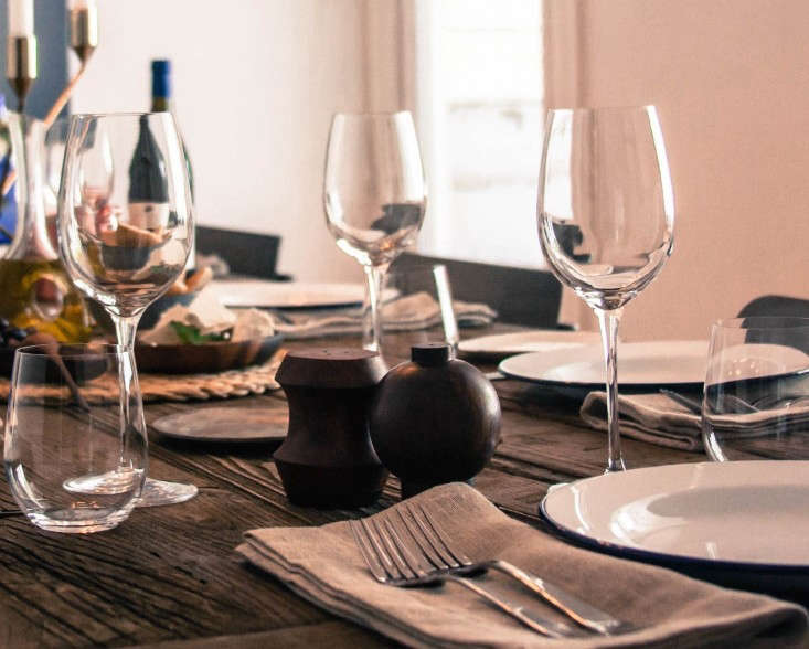 wine-glasses-on-Greek-table-setting-Remodelista