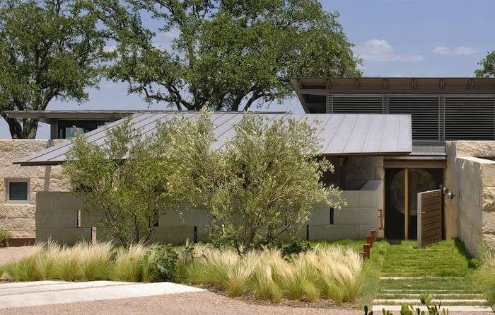 Lake-Flato-Hillside-Metal-Roof-Gardenista