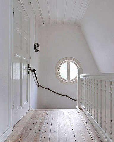 black-stair-rope-with-round-window