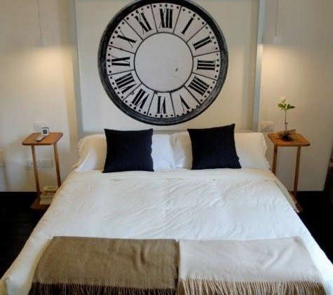 floroom-bed-with-clock