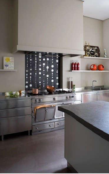 french-kitchen-black-and-white-backsplash