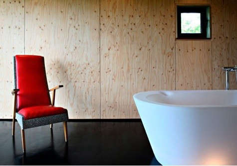 lode-architecture-bath-with-red-chair