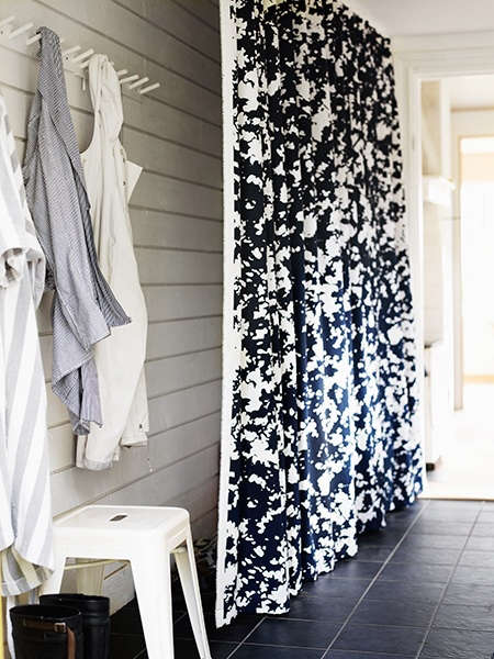 swedish-entryway-with-curtain