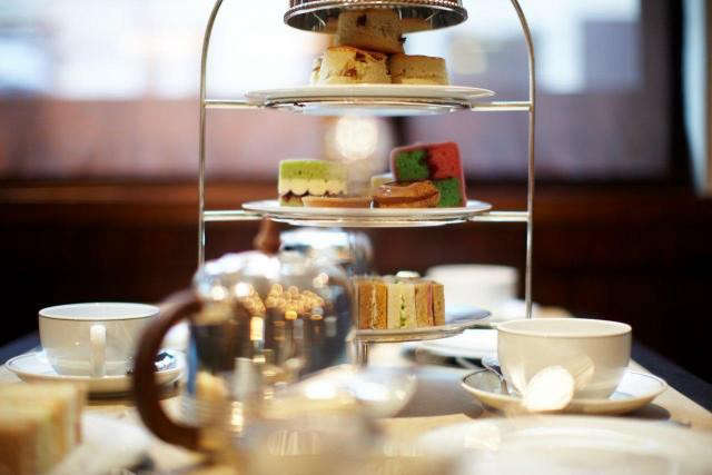 640_the-delaunay-tea-setting-with-cake-stand-lr