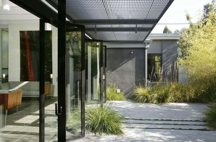700_bar-greenwood-modern-house-concrete-courtyard