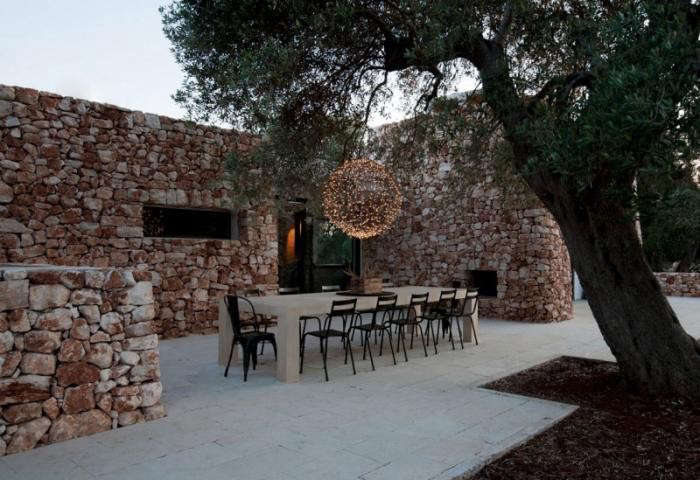 700_cut-stone-house-in-italy-with-outdoor-dining