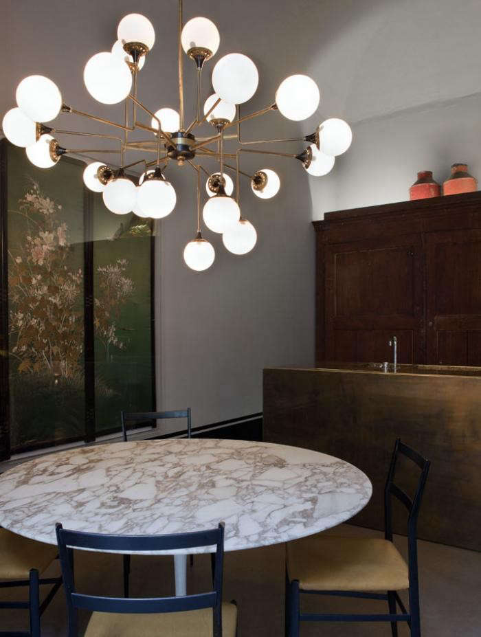 700_italian-apartment-with-bulb-chandelier