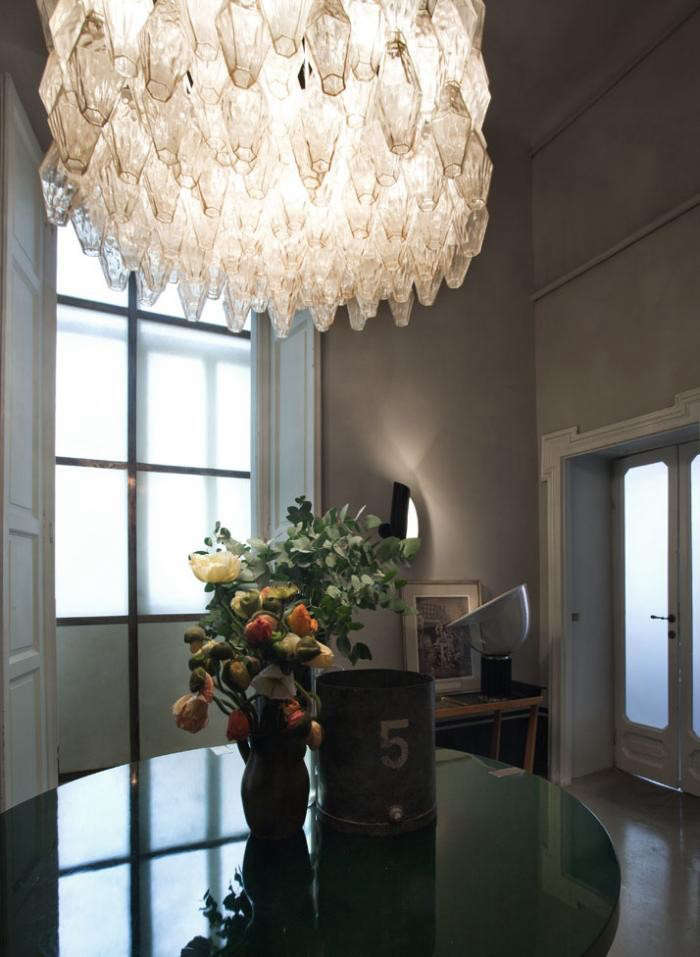 700_italian-apartment-with-chandelier-and-flowers