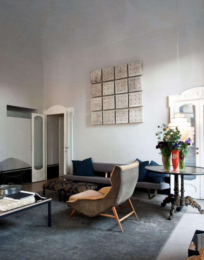 700_italian-apartment-with-lounge-chairs-and-gray-rug